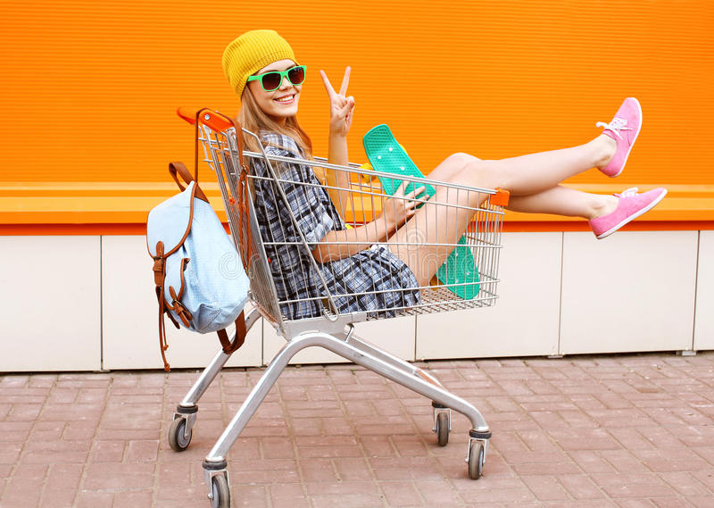 Forme a mulher de sorriso do moderno tendo vestir do divertimento óculos de sol imagem de stock royalty free