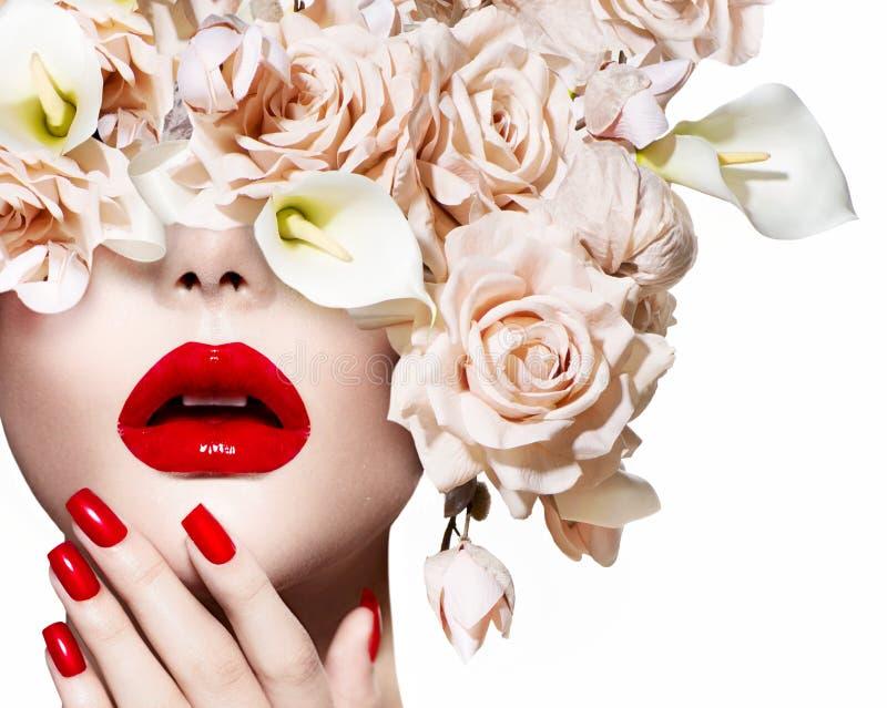 Forme a mulher modelo nova 'sexy' que levanta no estúdio imagens de stock