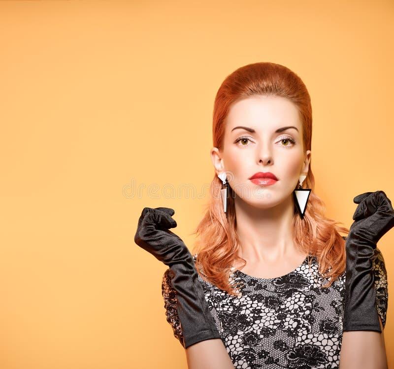 Forme a mulher modelo nova 'sexy' que levanta no estúdio Autumn Outfit à moda, vintage fotos de stock royalty free