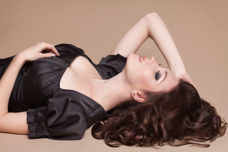 Forme a mulher moreno com a menina marrom do cabelo encaracolado com pele perfeita e composição. Retro modelo da beleza imagem de stock royalty free