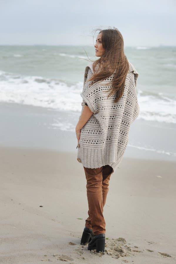 Forme a mulher que anda apenas em uma praia do mar fotos de stock royalty free