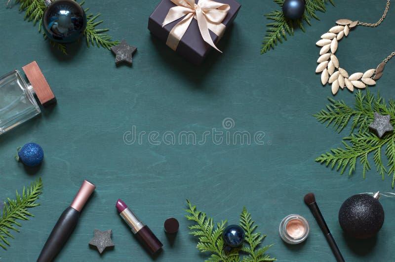 Forme a Natal a configuração lisa do ano novo no fundo de madeira de turquesa com cosméticos e acessórios fotografia de stock royalty free