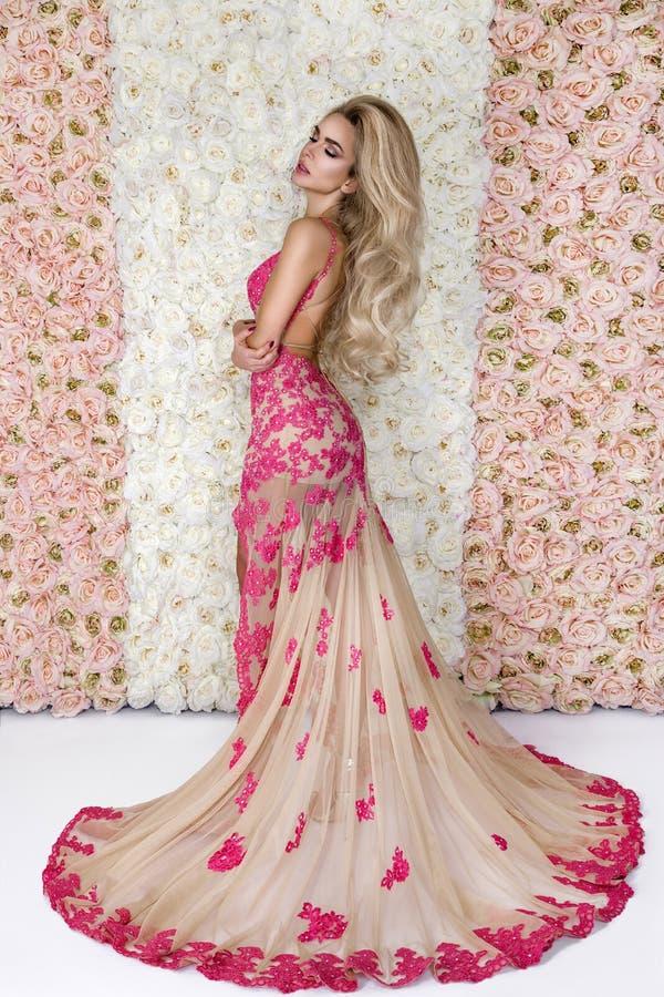 Forme a noiva no retrato lindo do est?dio do vestido de casamento Menina modelo bonita com composição nupcial e penteado no laço  fotos de stock