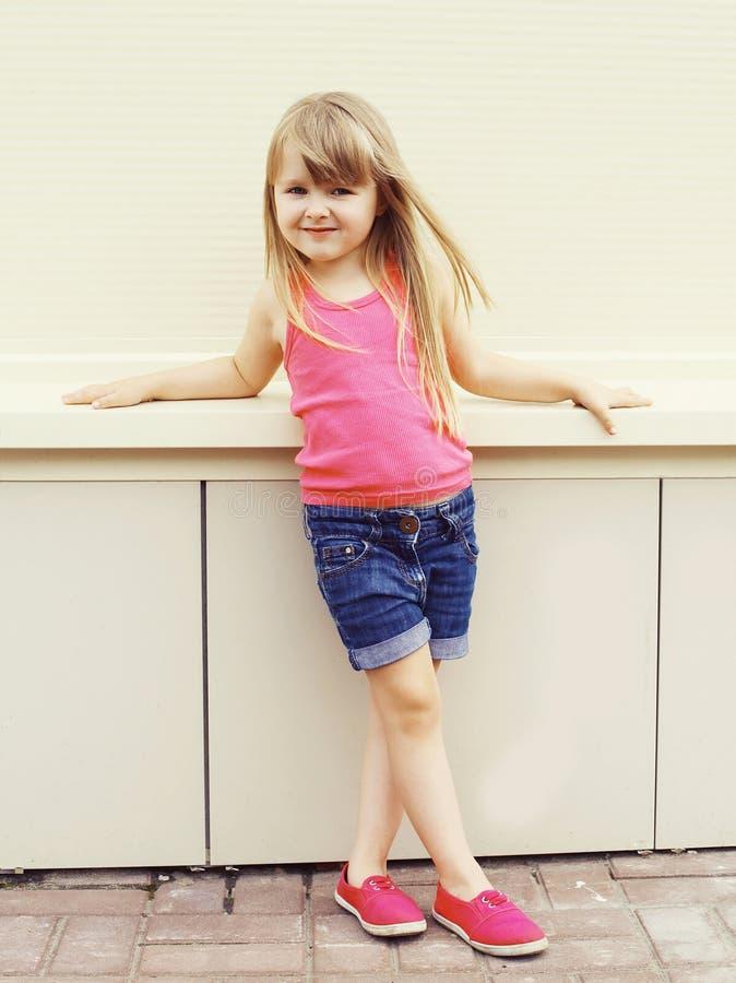 Forme o conceito da criança - criança da menina que veste um t-shirt foto de stock