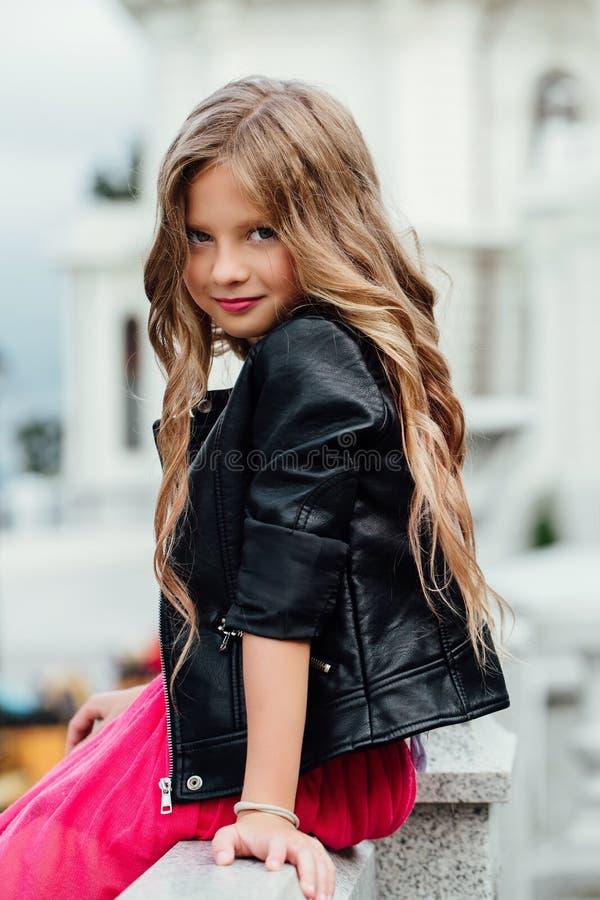 Forme o conceito da criança - criança da menina que veste um t-shirt na cidade fotos de stock royalty free