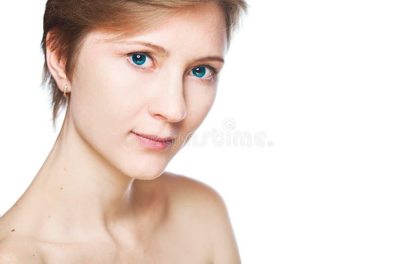 Forme o estúdio disparado da mulher bonita com composição e penteado fotos de stock