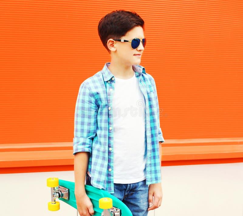 Forme o menino do adolescente do perfil com poses do skate em colorido imagem de stock