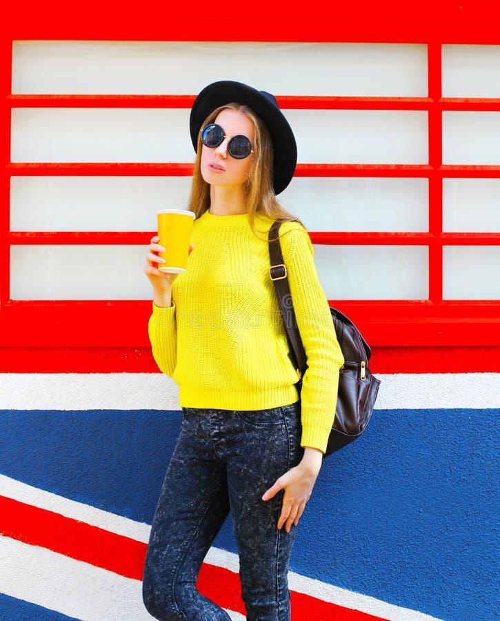 Forme o modelo bonito da mulher com o copo sobre o fundo colorido foto de stock