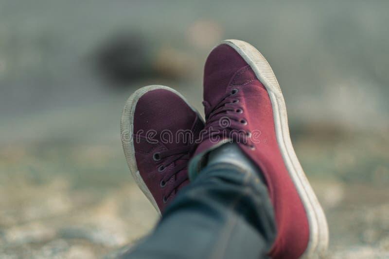 Forme o pé do fundo de calçados casuais vestindo da mulher e do jea azul foto de stock royalty free