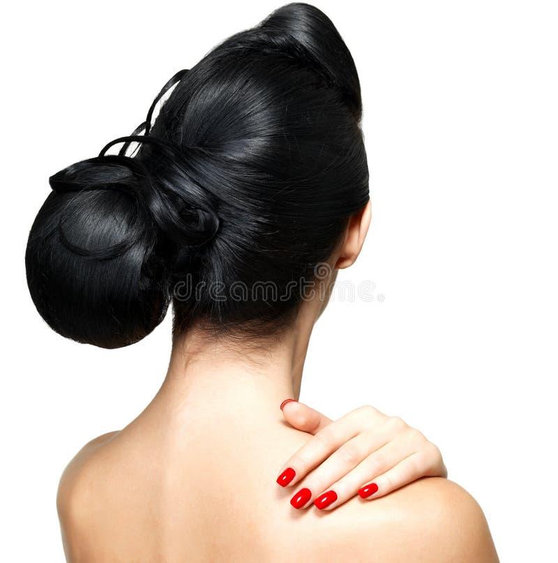 Forme o penteado da mulher com pregos vermelhos foto de stock royalty free