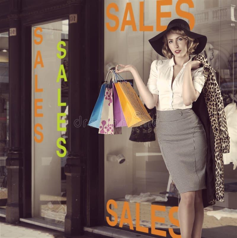 Forme o retrato da menina de compra do kitsch na frente da loja de janela fotos de stock royalty free