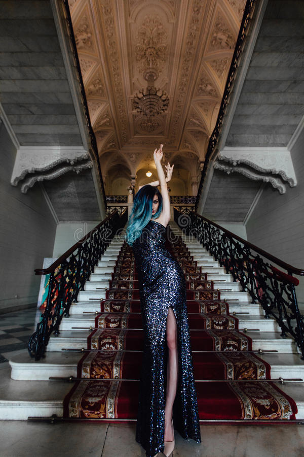 Forme o retrato da menina lindo com cabelo tingido azul por muito tempo O vestido de cocktail bonito da noite imagens de stock royalty free