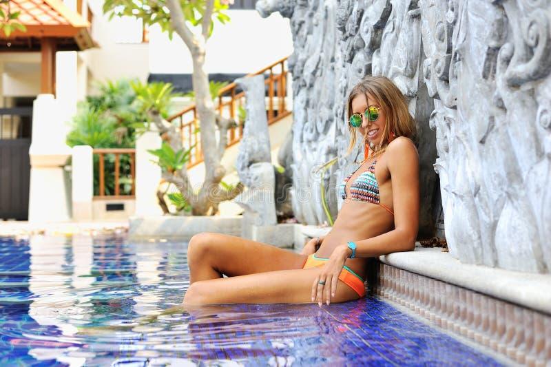 Forme o retrato da mulher alegre 'sexy' nos óculos de sol que relaxam a foto de stock royalty free