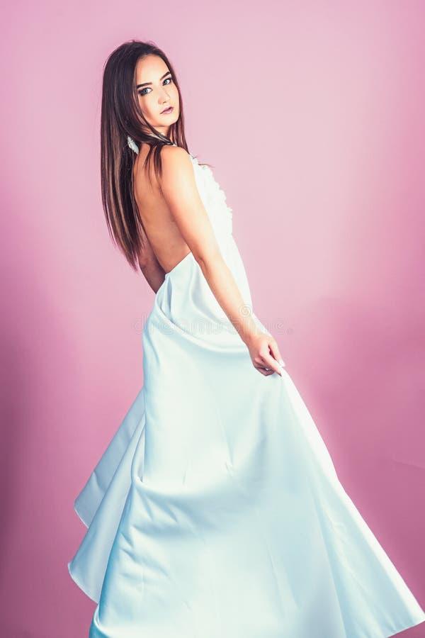 Forme o retrato da mulher bonita no vestido branco elegante Menina com penteado elegante imagens de stock