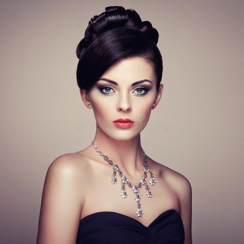 Forme o retrato da mulher bonita nova com joia foto de stock royalty free