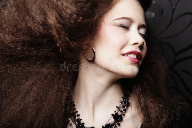 Forme o retrato da mulher bonita nova com joia e penteado elegante Composição perfeita Modelo do estilo da beleza imagens de stock