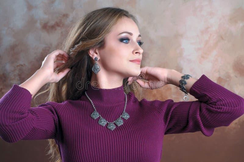 Forme o retrato da mulher bonita nova com o CRNA de prata do luxo fotografia de stock royalty free