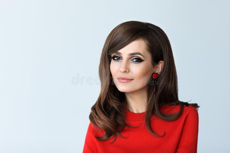 Forme o retrato da mulher bonita nova no estilo retro no whit fotografia de stock