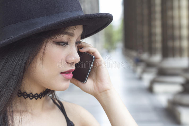 Forme o retrato da mulher bonita nova que fala no telefone celular fotos de stock