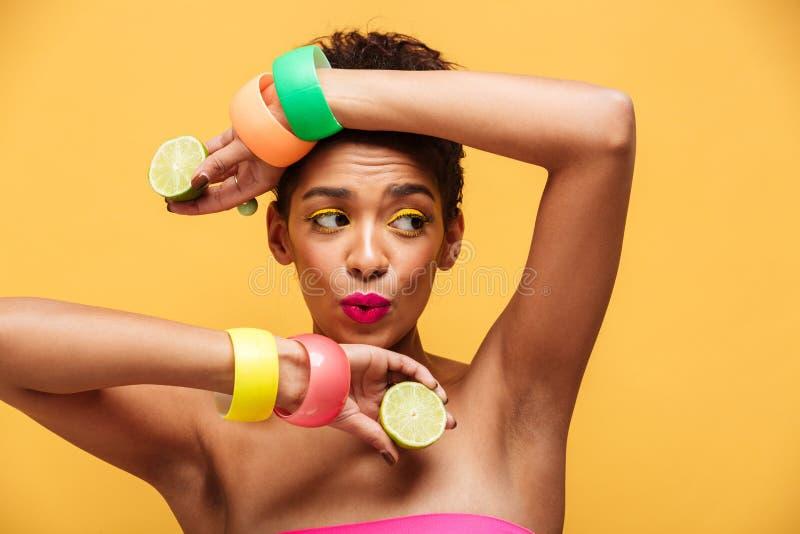 Forme o retrato da mulher brincalhão do mulato que veste o accesso na moda fotos de stock royalty free