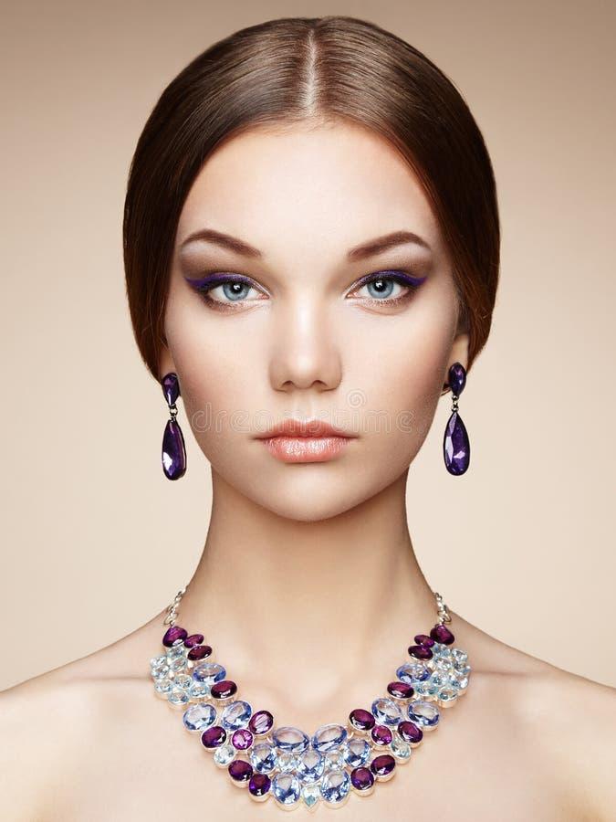 Forme o retrato da mulher elegante com cabelo magnífico imagens de stock