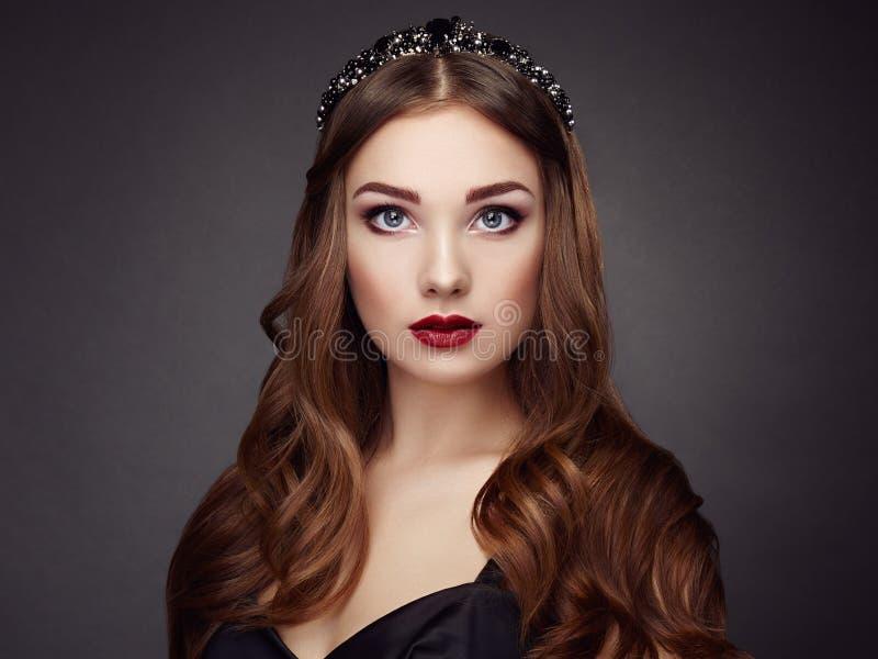 Forme o retrato da mulher elegante com cabelo magnífico foto de stock royalty free
