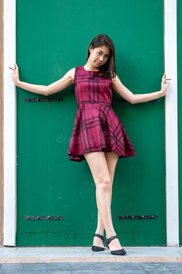 Forme o retrato da mulher da menina consideravelmente na moda dos jovens que levanta no gre foto de stock royalty free