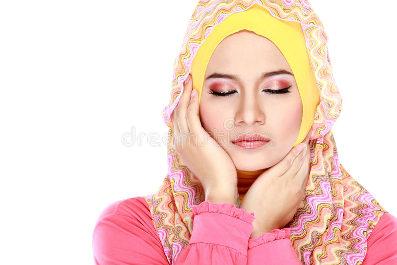 Forme o retrato da mulher muçulmana bonita nova com costu cor-de-rosa fotografia de stock