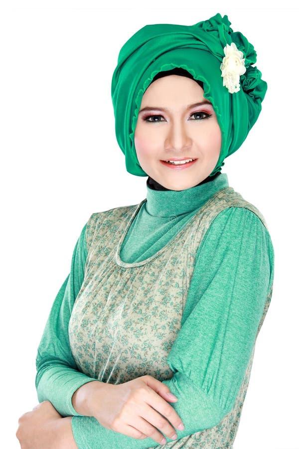 Forme o retrato da mulher muçulmana bonita nova com custo verde foto de stock royalty free