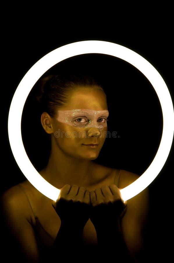 Forme o retrato da mulher nova tonificado no ouro fotos de stock