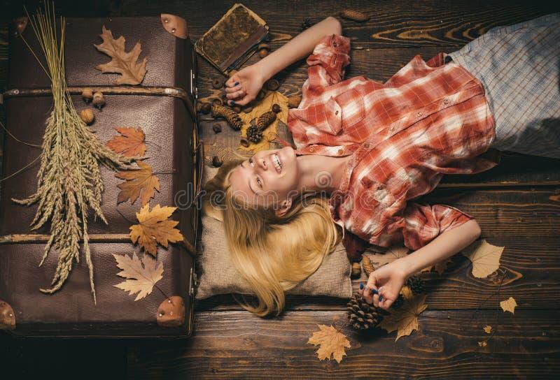 Forme o retrato da mulher sensual bonita A menina que veste no outono veste-se no dia ensolarado do outono Conceito do outono fel fotografia de stock
