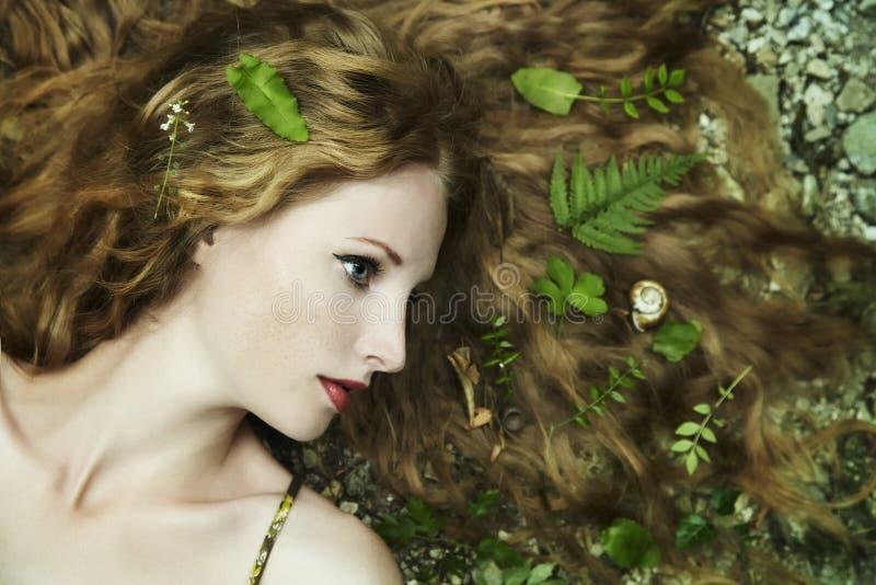 Forme o retrato da mulher sensual nova no jardim fotos de stock royalty free