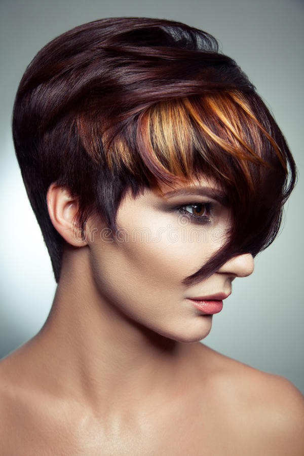 Forme o retrato de uma menina bonita com cabelo tingido colorido, coloração de cabelo curto profissional fotografia de stock royalty free