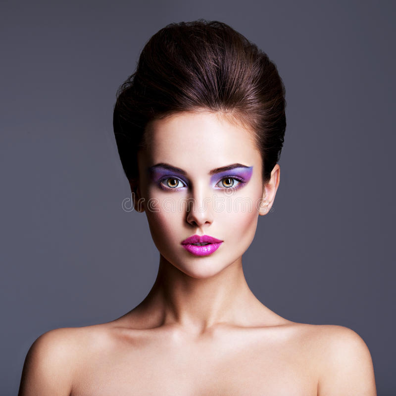 Forme o retrato de uma menina bonita com o penteado criativo fotografia de stock royalty free