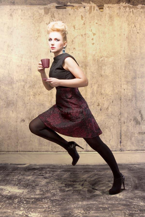 Download Retrato Da Forma De Uma Mulher Bonita Imagem de Stock - Imagem de café, posing: 29835279
