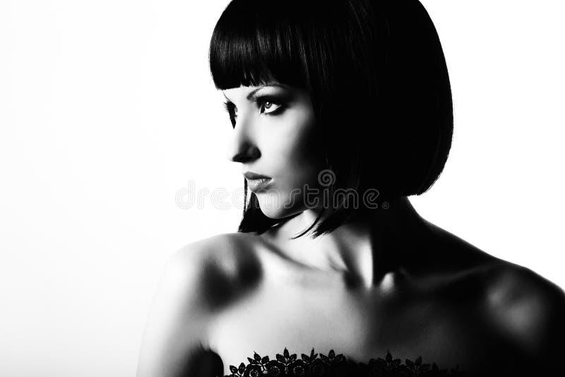 Forme o retrato de uma mulher dark-haired bonita nova foto de stock royalty free
