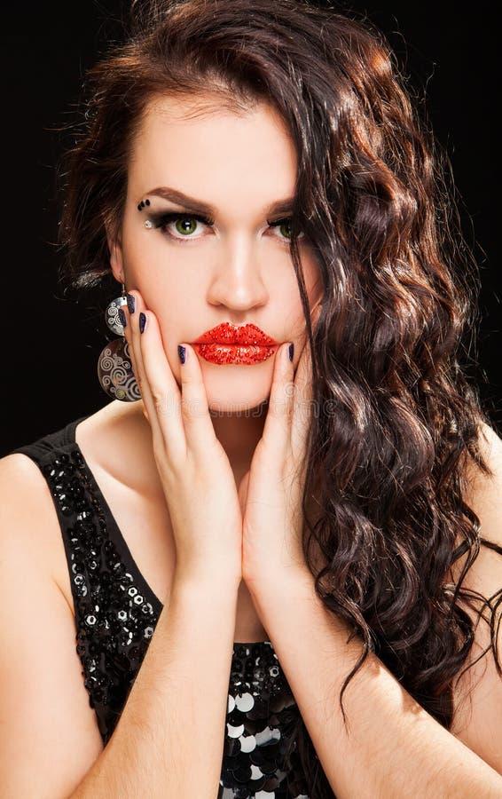 Forme o retrato de uma mulher de cabelo escura bonita nova foto de stock