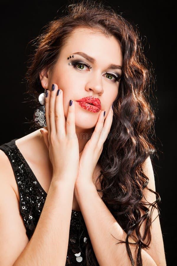 Forme o retrato de uma mulher de cabelo escura bonita nova fotografia de stock royalty free