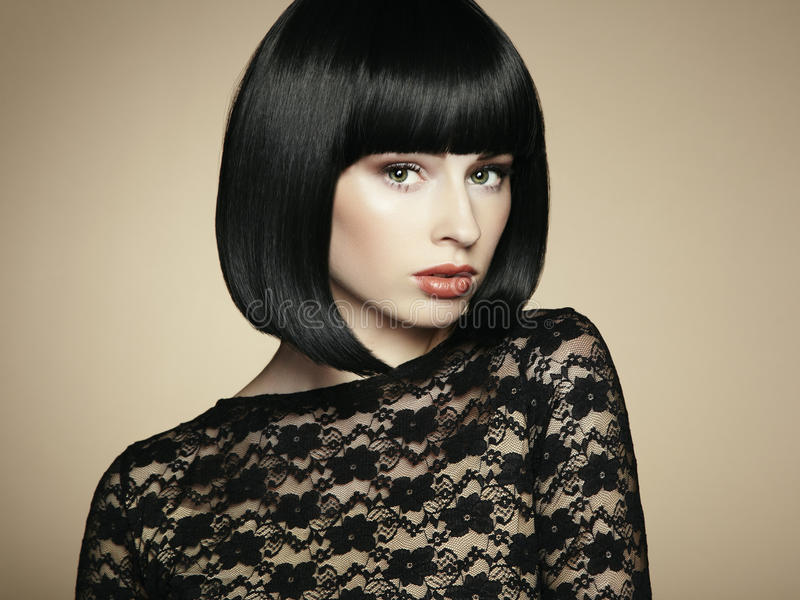 Forme o retrato de uma mulher escuro-de cabelo bonita nova imagem de stock