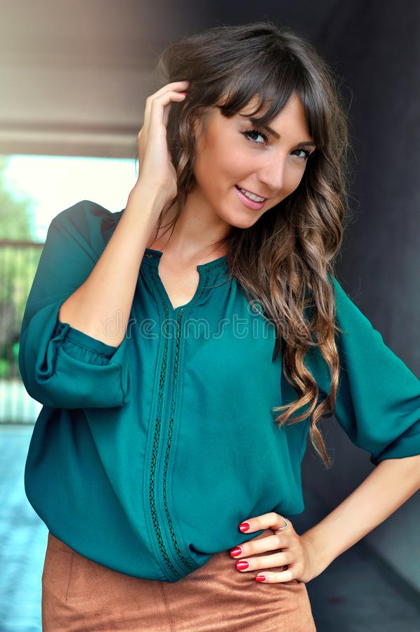 Forme o retrato do estilo de vida da mulher bonita feliz nova que sorri e que olha a câmera, equipamento à moda fotos de stock