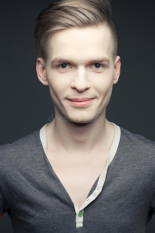 Forme o retrato do homem novo e considerável elegante de sorriso foto de stock royalty free