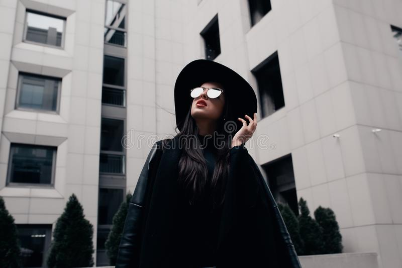 Forme o retrato do modelo novo elegante vestido no revestimento preto, s imagem de stock