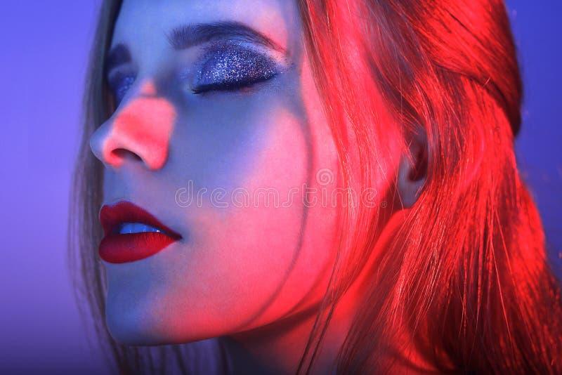 Forme o retrato menina elegante nova do fundo colorido, tiro do estúdio Mulher bonita com bordos vermelhos Menina no néon imagens de stock royalty free