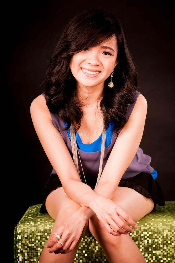 Forme o retrato no estúdio da mulher de sorriso asiática nova bonita que sente feliz na vida do sucesso foto de stock royalty free