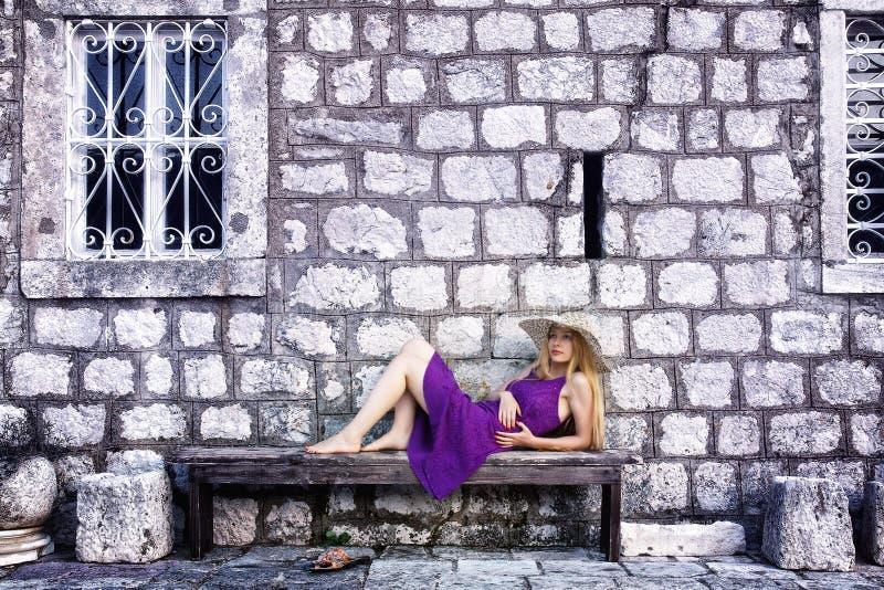 Forme o tiro da mulher elegante perto da parede de pedra fotos de stock