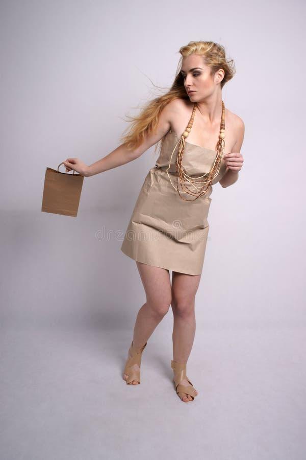 Forme o tiro da mulher na roupa amigável do eco imagens de stock