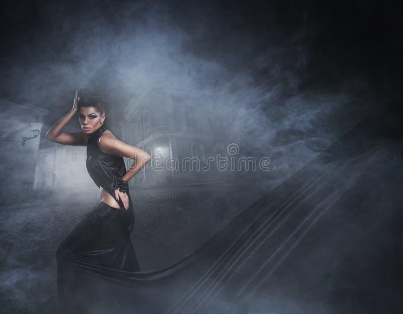 Forme o tiro de uma jovem mulher em um vestido preto imagem de stock