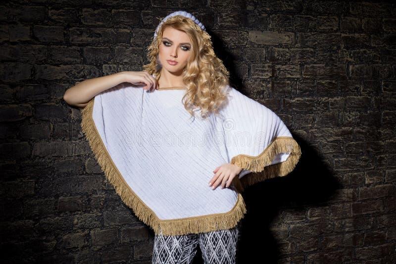 Forme o tiro de uma menina 'sexy' bonita na roupa elegante para o catálogo com uma composição brilhante da noite no estúdio, demo imagens de stock royalty free