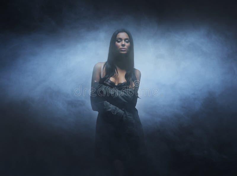 Forme o tiro de uma mulher moreno nova e 'sexy' foto de stock royalty free