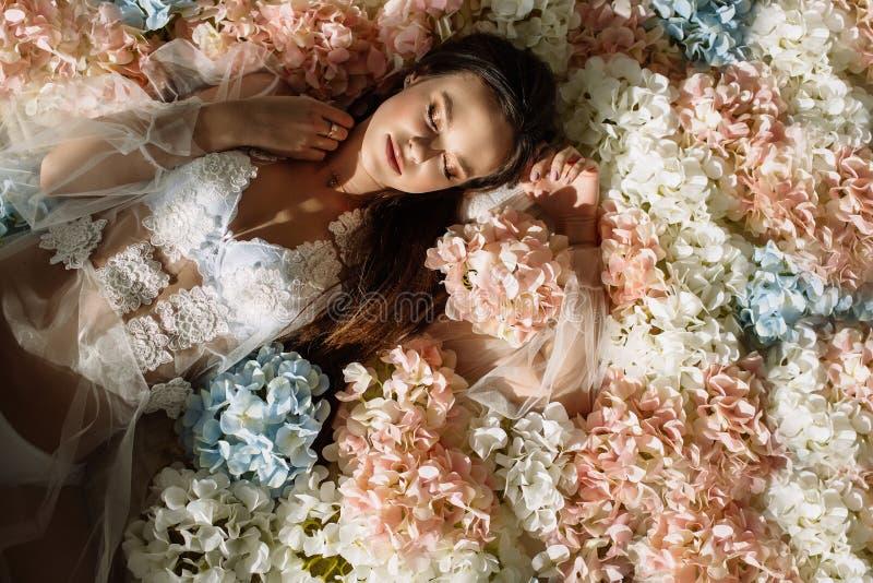 Forme o tiro de uma mulher sensual bonita com cabelo louro magnífico Retrato da beleza, composição, cosméticos foto de stock royalty free